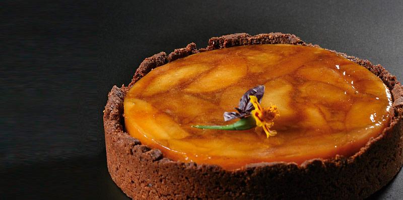 Tatin de manzana, calvados, crema montada y crumble de cacao